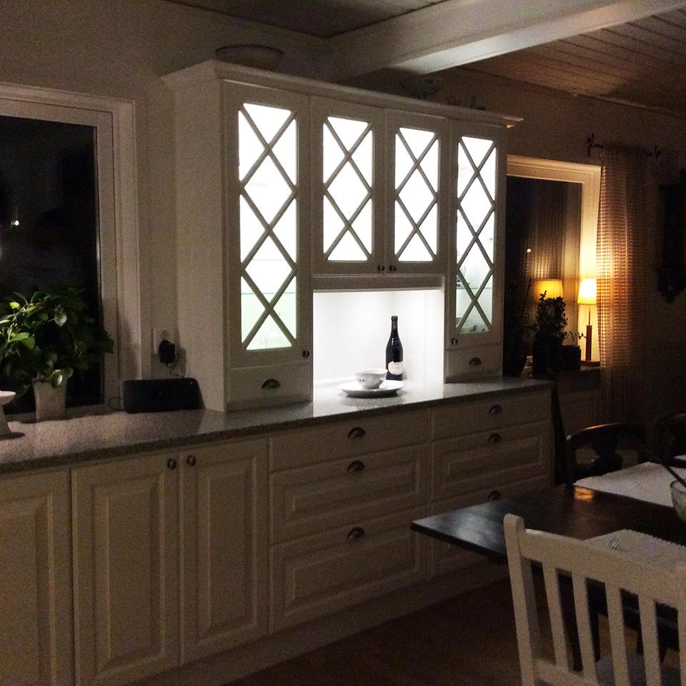 Ballingslöv kök med vitrinskåp